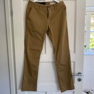 Snygga raka skate byxor från Volcom i bra skick nästan helt nya, kontakta för fler frågor:)