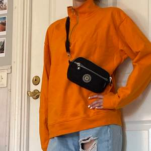 Overzised Sweater med zip up krage i super fin orange färg, storlek S i bra kvalitet