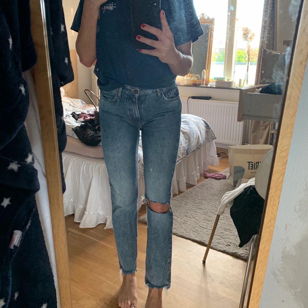 egenklippt hål i byxor från Bikbok! Nypris 599! ♥️ möts upp i Stockholm city, annars står köparen för frakt:). Jeans & Byxor.