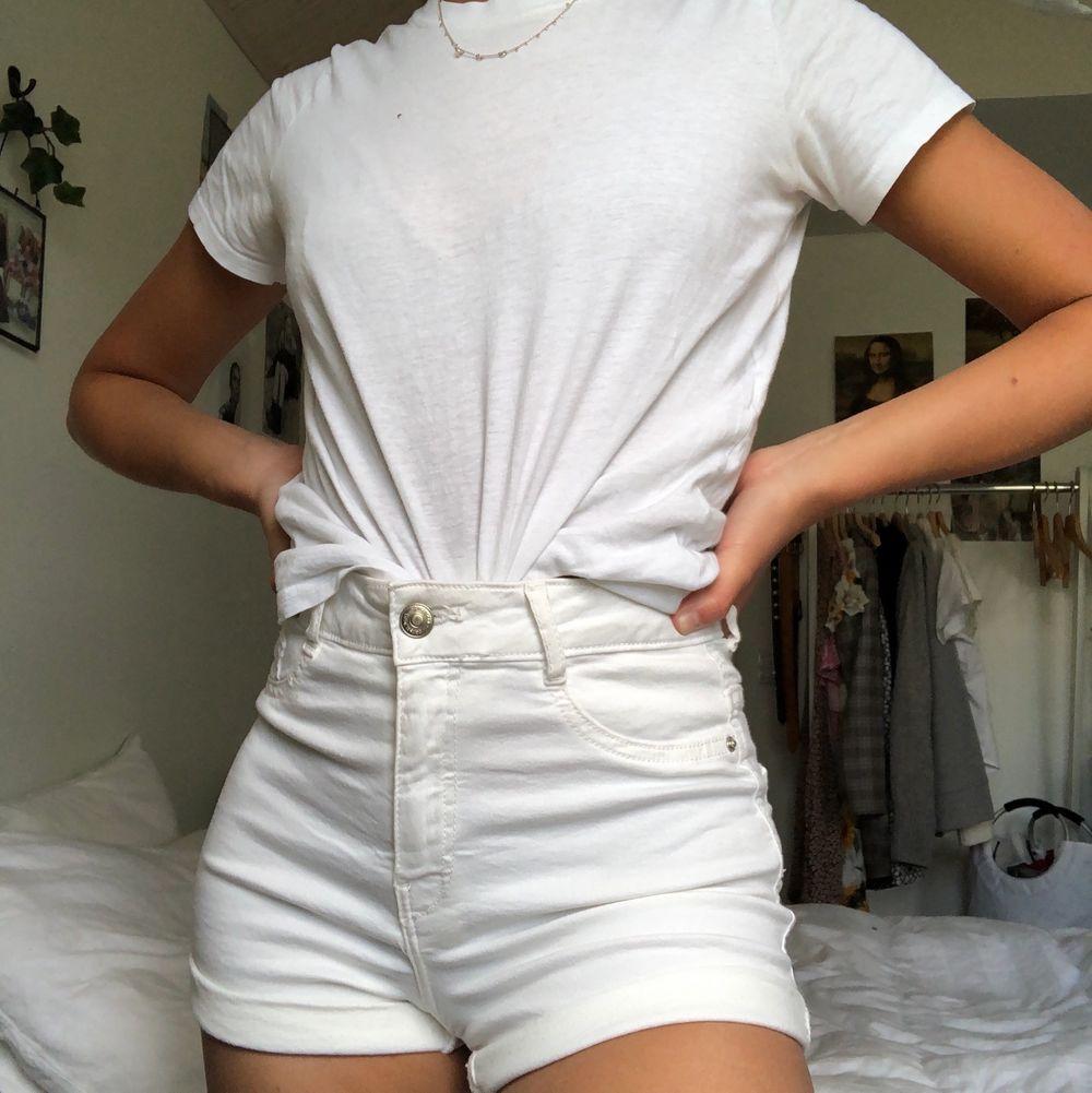 Vita jättesköna shorts från Gina. Knappt använda och väldigt stretchigt tyg. Kan mötas upp i Malmö annars står köparen för frakt❤️. Shorts.
