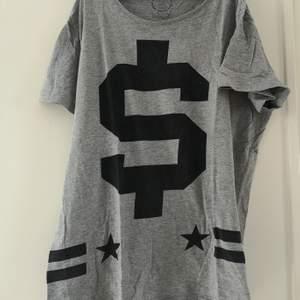 HERR! Grå t-shirt med tryck. Använd fåtal gånger. Storlek XL. Har ett liiiitet hål, men inget man tänker på. 40 kr. Köparen står för frakten! 🌸