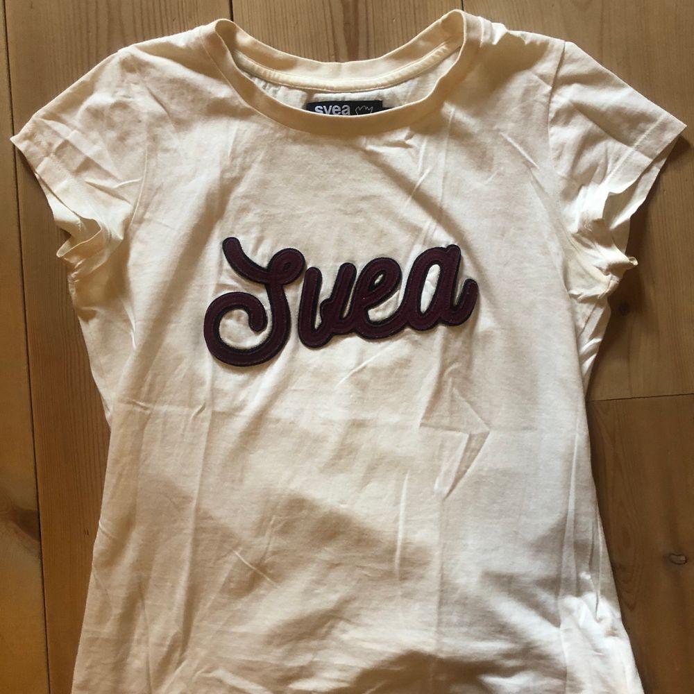 Superhärlig, med coolt tryck. DMa för frågor eller fler bilder! Köpare står för frakt, men jag kan också mötas upp i Lund/ Malmö 🥰 kolla gärna in min andra annonser också ;). T-shirts.