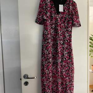 Söt blommig klänning ifrån HM helt ny med prislapp kvar, strl 40, dragkedja i sidan.
