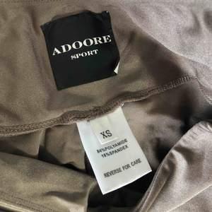 Tränings tights från Adoore använda två gånger. Storlek XS som passar allt från en XS- liten M