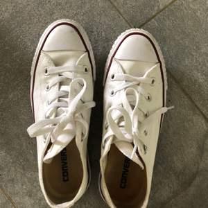 Jag säljer mina Converse i storlek 36,5 men passar mig som alltid har storlek 37 i skor. Använda 3 gånger Max