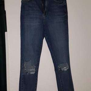 Blåa jeans i sliten stil. Jeansen är i storlek 42 och har en bra passform.