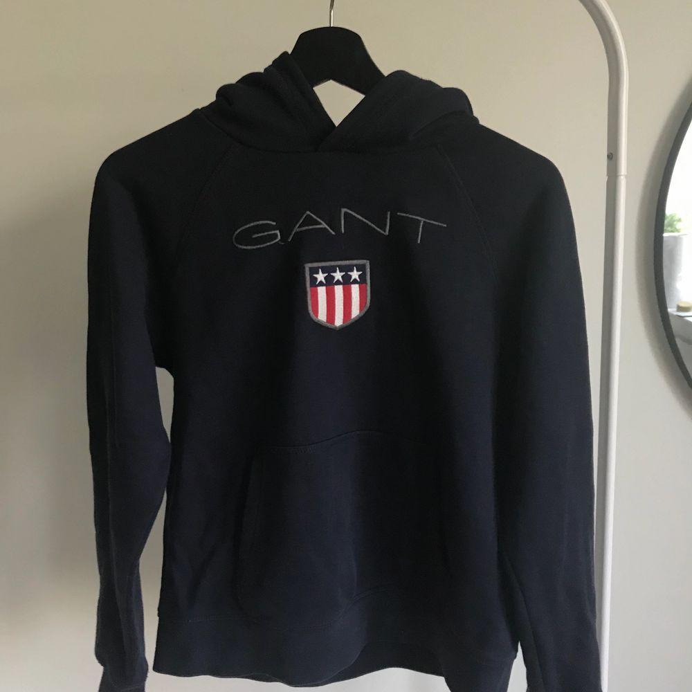 Mörkblå hoodie från gant, köptes för 799kr säljer nu för 399kr. Fortfarande i mycket bra skick! Köparen står för frakten och priset skulle kunna diskuteras!💕. Huvtröjor & Träningströjor.