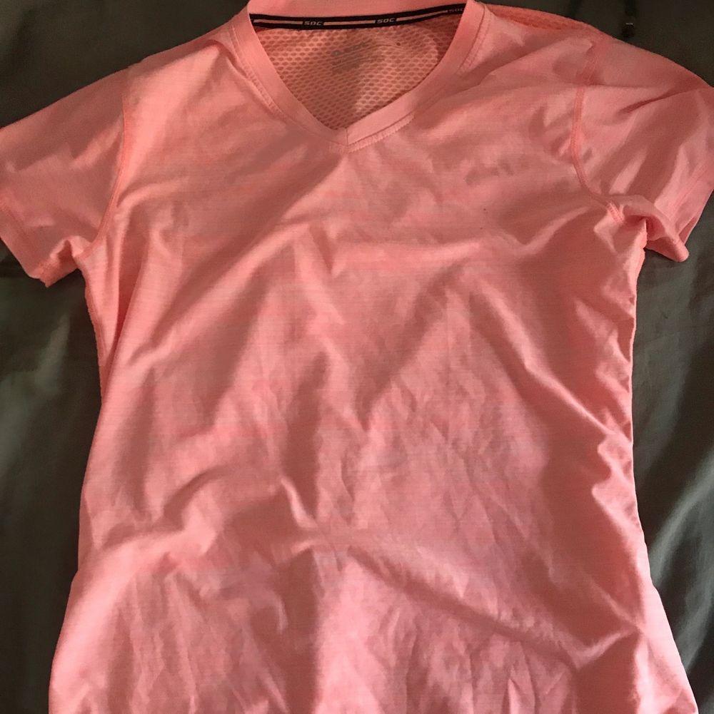 Bra skick förutom en liten fläck på bröstet, kolla sista bilden. Inte blivit använd på nåt år💞 frakt tillkommer . Huvtröjor & Träningströjor.