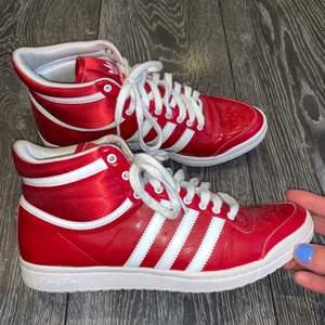 Ett par suuuper coola röda sneakers från Adidas Sleek Series. Nästintill oanvända! Säljer pga att dom tyvärr är lite för långt utanför min comfortzone. Nypris ca 1200kr. Högsta bud gäller. Frakt tillkommer.