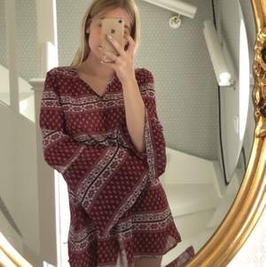 Säljer den här fina klänningen som är köpt på SALT i Stockholm! Tunn i materialet så skön att ha nu på sommaren! Vida armar och man kan knyta i midjan 🌸 frakten är inkluderad!