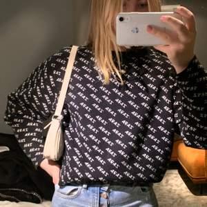 Säljer denna lite oversized tröja från zara, asskönt material!❤️