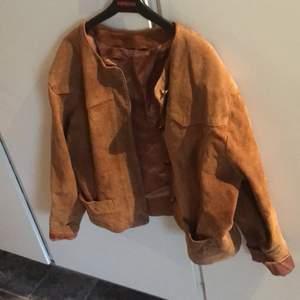 Cool mocka jacka som är köpt second hand. På mig som har xs sitter den trendigt oversized men passar förmodligen small och kanske medium med!