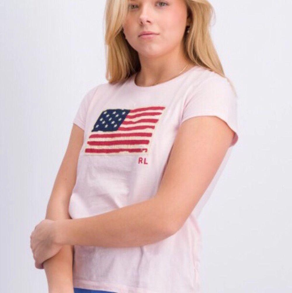 Säljer en äkta Ralph Lauren t-shirt. Nypris 475 säljer för 175, aldrig använd lappen är kvar. Sitter som XS. T-shirts.