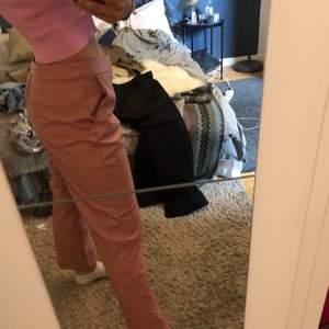 Ett par super snygga fejk läder byxor från NAKD. Storlek 38 passar mig i längd som är 165 men de är tyvärr för stora i midjan. Använt byxorna endast 2 gånger. Betalning sker via swish🌸 (+frakt)