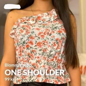 Blommig one shoulder topp med volanger över brösten och midjan Kontakta mig vid mer frågor eller bilder (frakt ingår)