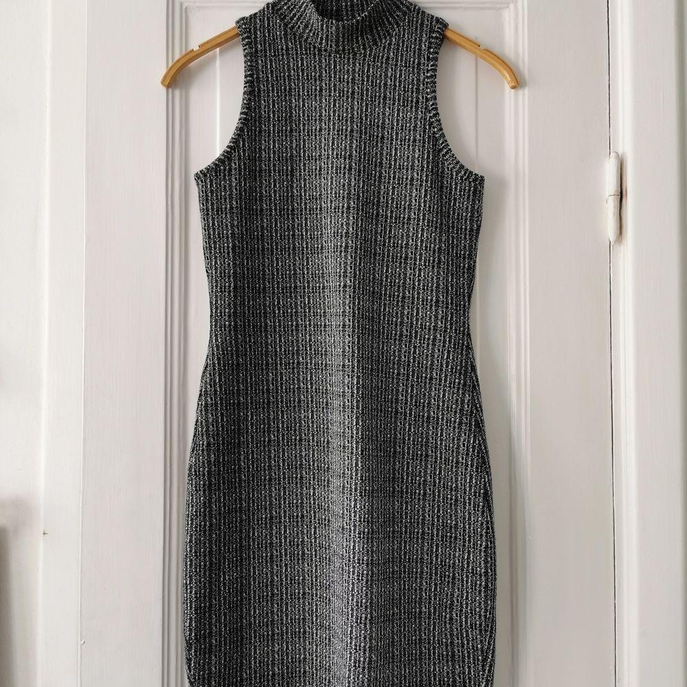 Snygg figurnära gråmelerad klänning med lätt polokrage. . Klänningar.