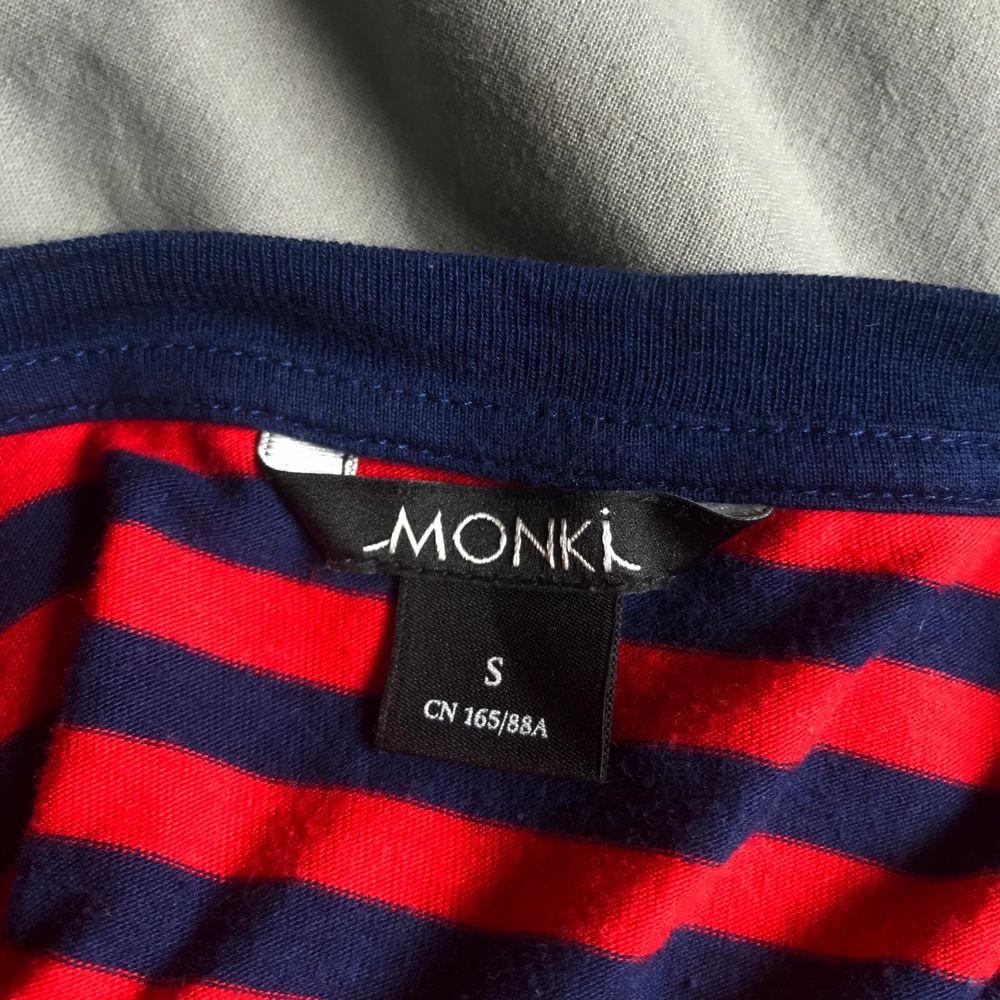 Fin randig t-shirt från monki, sparsamt använd så i fint skick. T-shirts.