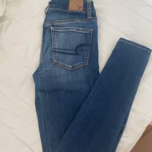 Mörktvättade hi-rise jeans från American Eagle, använd fåtal gånger. Lappen där bak är det ända som är slitet. Köparen står för eventuell frakt🌸