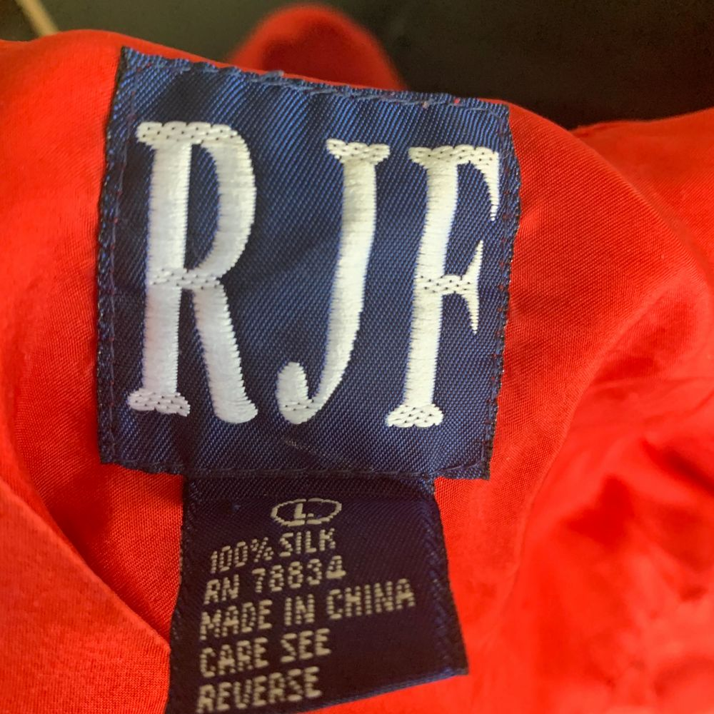 skjorta i silke ! stark röd färg, väldigt tunn, perfekt till sommaren :) . Skjortor.