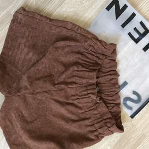 Helt nya och oanvända manchester-shorts från Shein. Supersnygga men tyvärr för små för mig. Storlek M men jag skulle säga att de passar S bättre. Frakt tillkommer