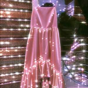 Världens finaste rosa princessbalklänning i storlek 34! Den är från Gina Tricots 'exclusive collection', köptes ny 2019 och är använd en gång. Tyvärr har den två svarta små streck på sidan men de syns knappt. Kan gå ner i pris vid snabb affär