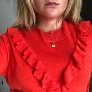 Tunn stickad tröja från Second Female, lite mer orange i verkligheten. Knappt använd då det inte riktigt är min stil men hoppas att någon annan kan få användning av den. Köpt för 799