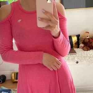 As najs o skön söt rosa klänning som har öppningar på axlarna. Väldigt väldigt skönt material ock utöjbar. Passar mig som har S men tror den är skriven i XS
