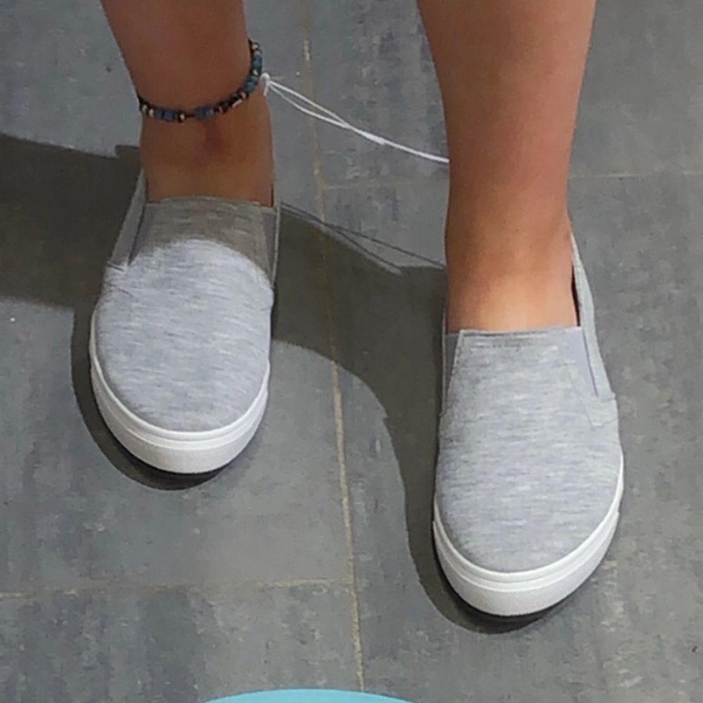 säljer mina sköna skor använda en sommar. har köpt nya nu därav säljer jag dessa. inte slitna. budgivning sker om många är intresserade . Skor.