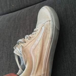 Väl använda vita old skool vans. Någon som är duktig kan säkert få dom vitare. Stl 38/38,5. Betalning sker via swish och köpare står för ev frakt 🚚