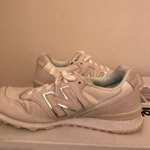 Vita New balance skor av modellen 996 i storlek 37.  Hör av dig om du har frågor eller vill ha fler bilder.  Kram!   Köparen betalar frakten.