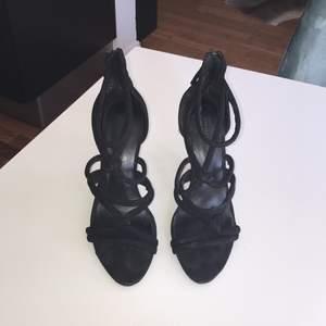 Snygga svarta högklackade skor
