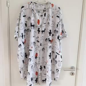 Vit blus/skjorta/tunika/klänning från Monki i strl L. Se bilder för mönster, finns en liten fläck just vid halslinningen som säkert går bort i tvätten. Frakt tillkommer.