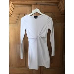 Vit klänning från Topshop med knutdetalj i midjan. Köparen står för frakt ifall du inte kan mötas upp i Stockholmsområdet. Betalad via swish.