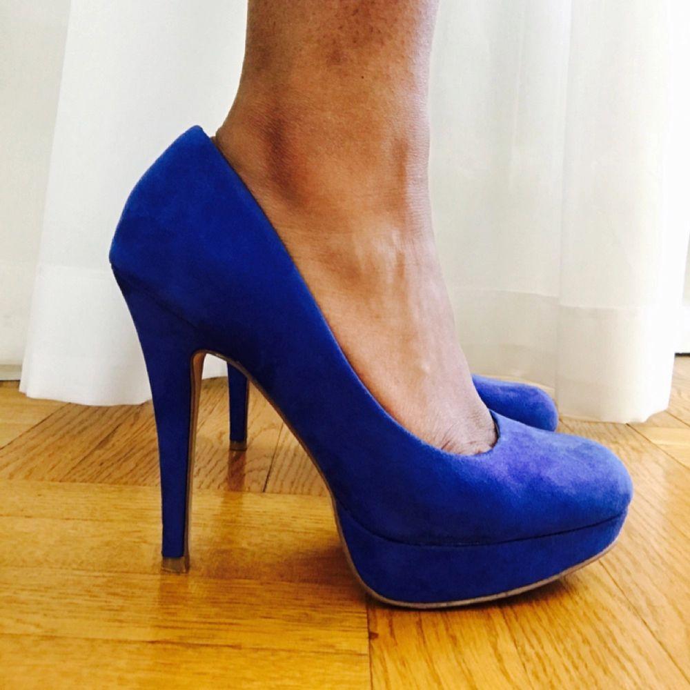 Koboltblå klackskor i mocka från ellos, endast använda en gång, bekväma att gå i.. Skor.
