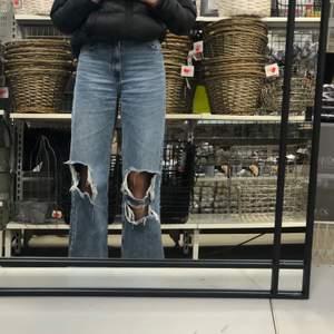 Mörkblå jeans med hål på knäna. Nästan oanvända. Från bershka i storlek 34. Sitter jättefint.💞Pris kan diskuteras