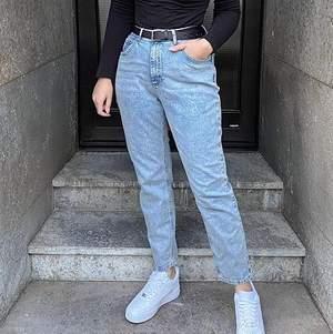 Säljer mina mom jeans då de bara blivit liggande i garderoben, aldrig använda💕 Små i storleken så skulle säga att de passar även en 34a eller 36a också beroende på hur tajt man vill att dem ska sitta.