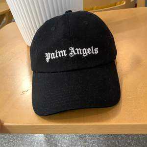 Palm angels keps från farfetch för 1000 kr. Köp för 800 kr eller trades för samma pris. Köparen står för frakt
