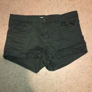 Shorts storlek 42, passar mer som 38 dock.  Kan skickas mot fraktkostnad. Kan även mötas upp på backaplan/nordstan i Göteborg