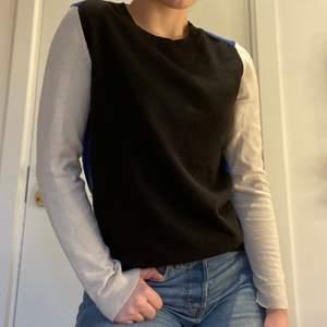 Finstickad tröja från GAP i svart, blå och beige. Garderobrensar så behöver göra mig av med lite kläder💞 I mycket bra skick.