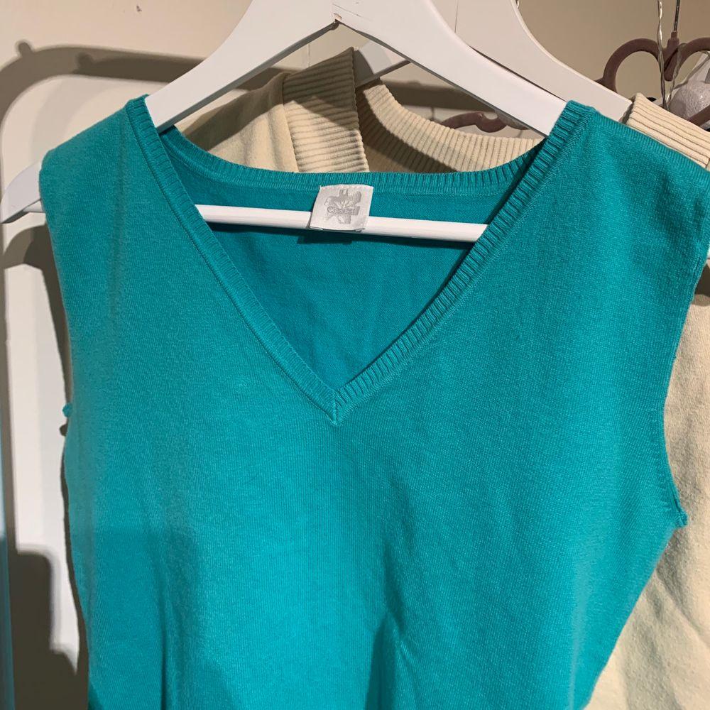Svinsnygg väst att ha över skjorta eller bara som den är:) . Toppar.