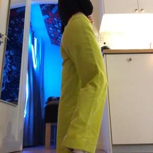 Ett par manchesterbyxor i storlek S/36! Färgen är som neon gul/grön (syns bäst på sista bilden) köpte dom från plick men dom är tyvärr för stora för mig☹️ så hoppas någon annan skulle kunna bära dom🥰🥰 köpte dom för 200 kr :) säljer dom för 130 då jag aldrig använt dom💎