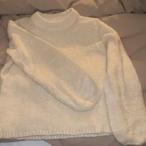 Creamvit stickad tröja ifrån vila. Aldrig använd och därför väldigt fint skick.
