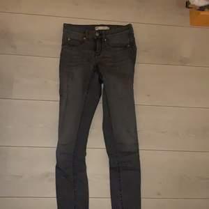 Gråa tajta jeans ifrån Gina tricot. Storlek S i modellen Alex.