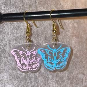 Jag gör handgjorda örhängen med valfritt motiv!! Det finns silver&guld färgade krokar. Skriv privat för mer information och frågor🥰