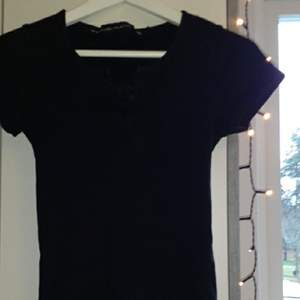 Svart tröja från lager 157 köpt för 1 år sedan ungefär kommer dock inte till användning så säljer pga detta. Den är i bra skick och har ett litet knytte där fram.