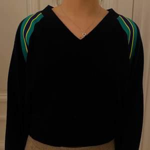 Kashmere tröja (marinblå) ifrån Sandro, köpt på butiken i Stockholm. Storlek 1 (motsvarar S) men funkar både större & mindre💘 Köparen står för eventuella fraktkostnader🌟