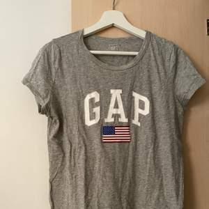 T-shirt från GAP, köpt i London. I bra skick och stryks inna köp. Kan mötas upp alternativt står köparen för frakten 🌟