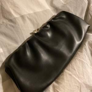 Jättefin svart kuvertväska med silverknäppning i fint skick.  Passar till högtider såsom till vardags. Frakten ingår i priset :)
