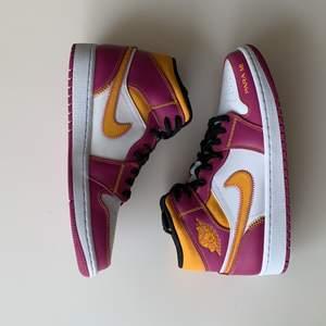 Säljer ett par oanvända Dias Los Muertos storlek 42,5 (US 9). Äkta såklart. Kan mötas upp vid östermalm eller skicka dom. Lådan har tagit lite skada men skorna är helt oskadda så säljer dom billigare.