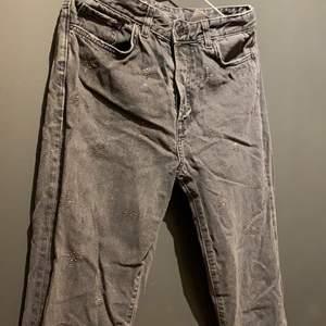 Säljer stentvättade jeans från H&M i storleken 30/S. 🖤
